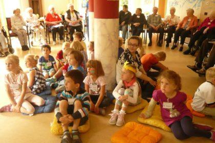 """Kindergarten """"Rote Mühle"""" zu Besuch im Cura Seniorencentrum Emden"""