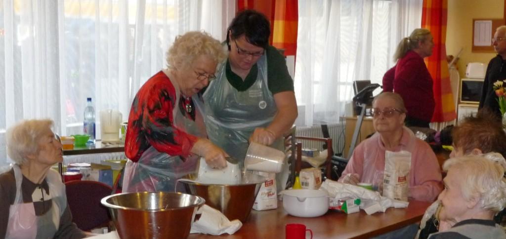 Als Dankeschön an alles Pflegenden gab es Herzkuchen von unseren Bewohnern gebacken