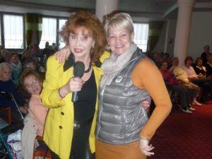 Regina Thoss und Grit Rudolph, die Einrichtungsleiterin singen gemeinsam ein Ständchen