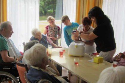 """Schüler engagieren sich am """"Sozialen Tag"""" im CURA Seniorencentrum Heiligenhafen"""