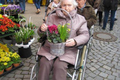 Ausflug zum Wochenmarkt und zur Krokusblüte im Schloßgarten