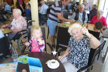 """""""Spiel der Generationen"""" – Allerhand Trubel im Café der CURA Heiligenhafen"""