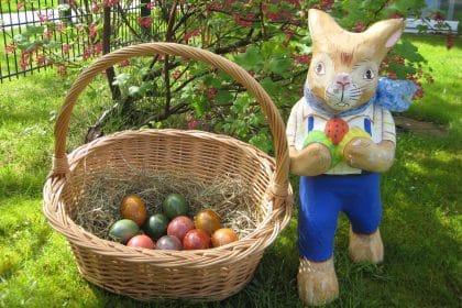 Mit vielen bunt bemalten Eiern könnt Ihr Ostern fröhlich feiern!