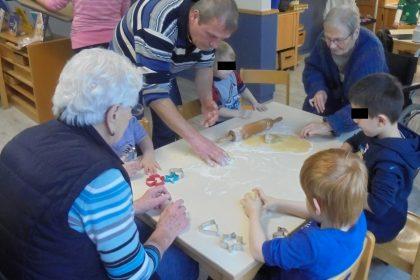 Vorweihnachtliches Kekse backen im Ev. Kindergarten