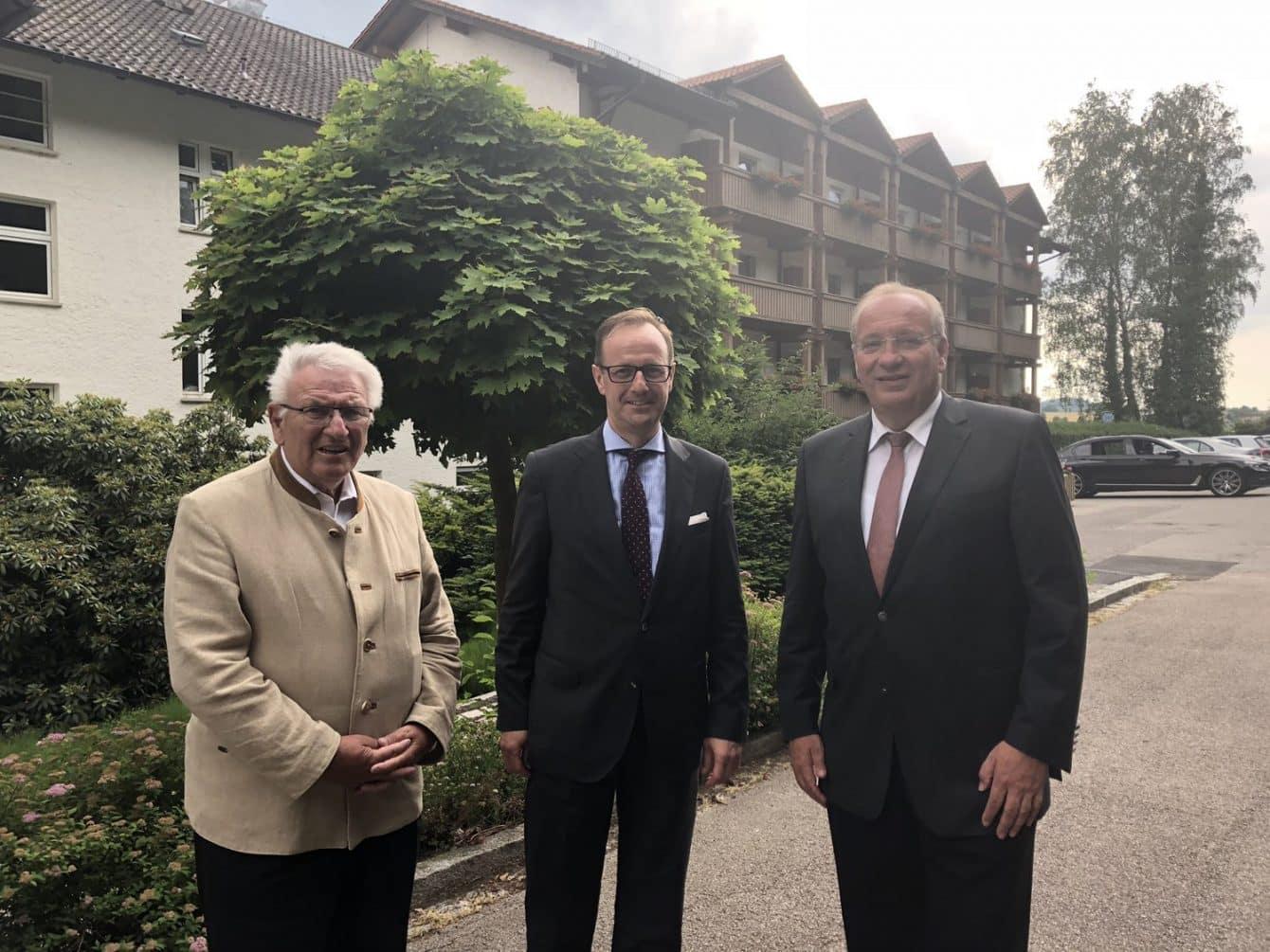 Landrat Franz Löffler gemeinsam mit Klaus Hofbauer zu Besuch in der Bayerwald-Klinik