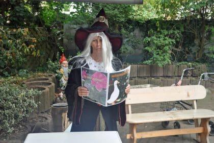 Böse Hexe fragt Bewohner aus
