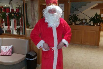 Heiliger Nikolaus zu Besuch in der Bayerwald-Klinik