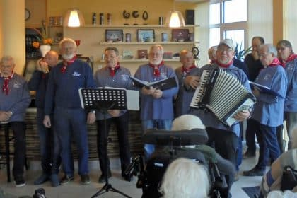 Shantys der SVH bieten Senioren der CURA Heiligenhafen eine großartige private Chorprobe!