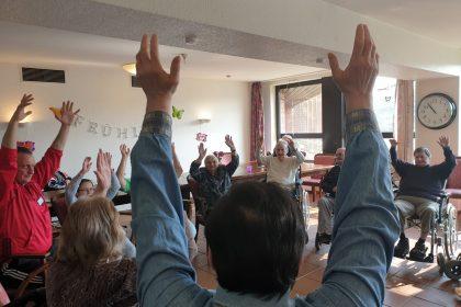 Bewegungstherapie mit Gymnastik für an Demenz erkrankte Personen