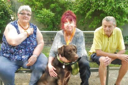 Freude über den Besuch von Hund Theo