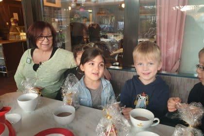 """Gemeinsames Singen mit Kita-Kindern aus """"Unsere kleine Farm"""" bei der Adventsfeier"""