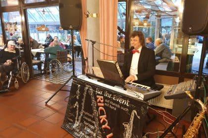 Weihnachtlicher Tanztee mit schwungvoller Livemusik von Ricky Kunze