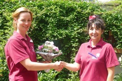 Neue Pflegedienstleiterin beglückwünscht neue Pflegefachkraft