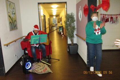 Der singende Nikolaus hat uns im Seniorencentrum Bergedorf besucht!
