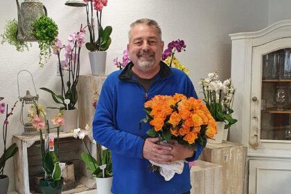 """""""Sag es mit einer Rose"""" – Blumenhaus Knorr beschenkt Seniorinnen der CURA zum Muttertag!"""