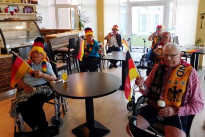 "CURA ""EM-Studio"" erfreut fußballbegeisterte Senioren!"